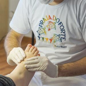fußpflegeschule teilnehmer lernt fußmassage